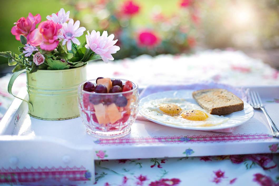 Doručak na stolu, jaja i voće