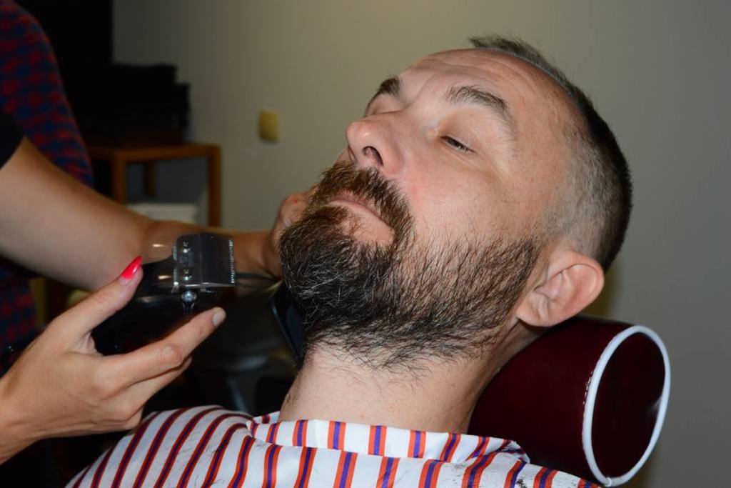 Sven Šestak na brijanju brade