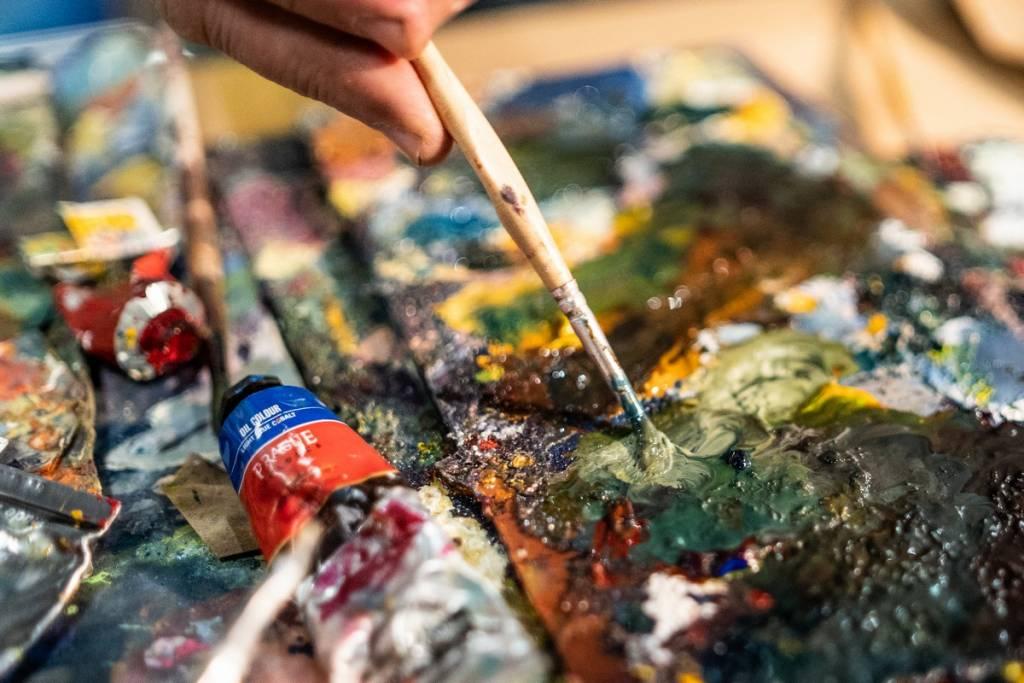 Slikanje slike kistom i bojama
