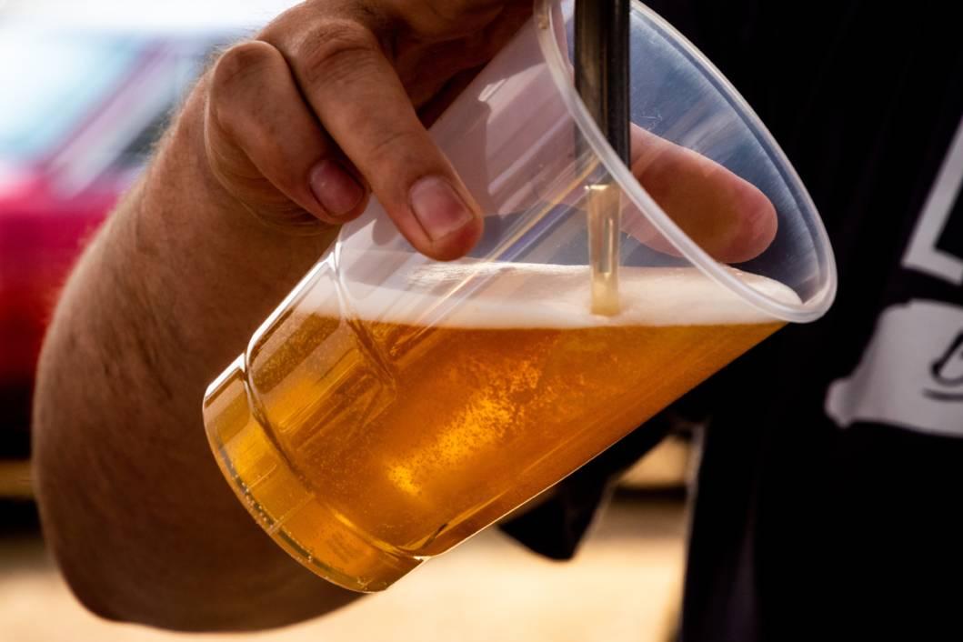 Točenje pive u plastičnu čašu