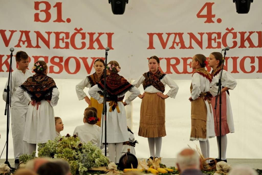 Mali folkloraši na Ivanečkim kresnicama