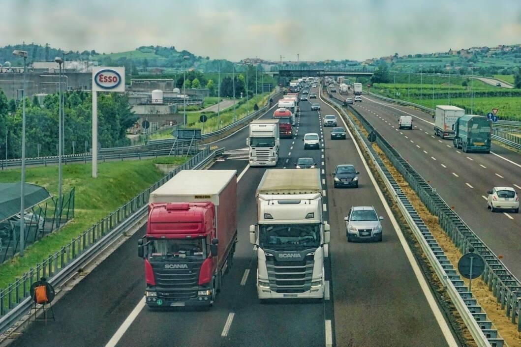 Kamioni i automobili na autocesti