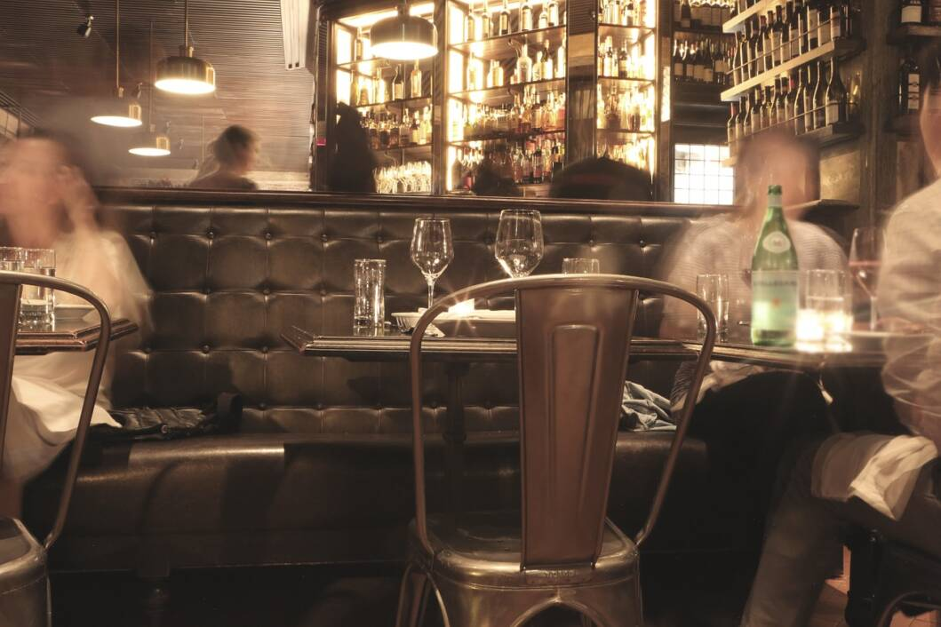 Gosti u kafiću piju alkoholna i bezalkoholna pića