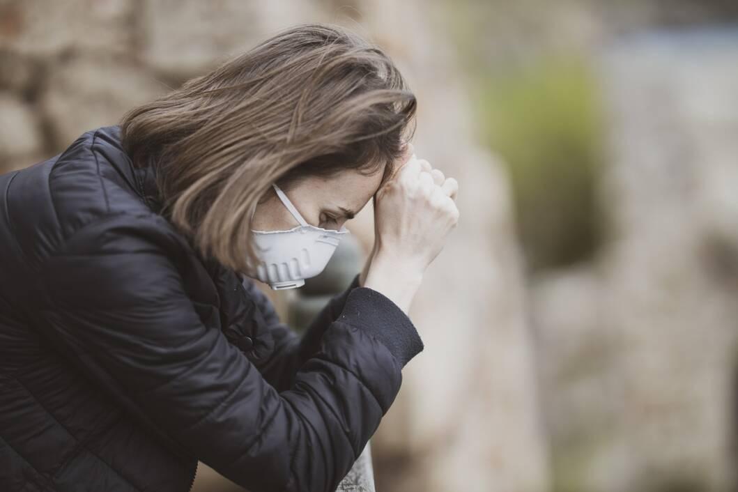 Žena nosi zaštitnu masku zbog koronavirusa