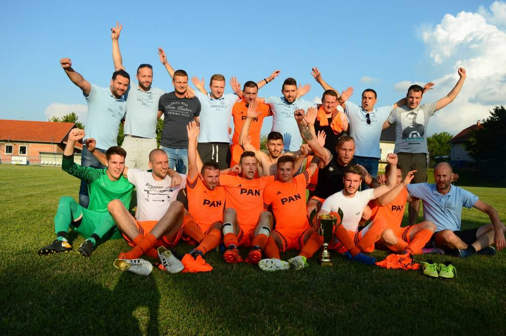 Slavlje nogometaša Močila nakon osvojenog naslova prvaka u Trećoj ŽNL