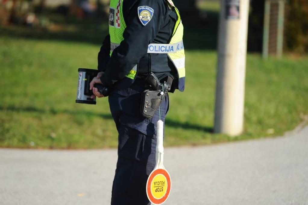 Policajac zaustavlja i mjeri brzinu vozačima
