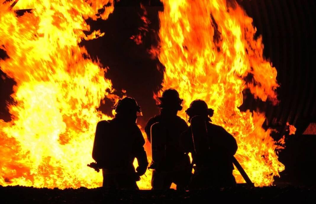 Vatrogasci gase požar