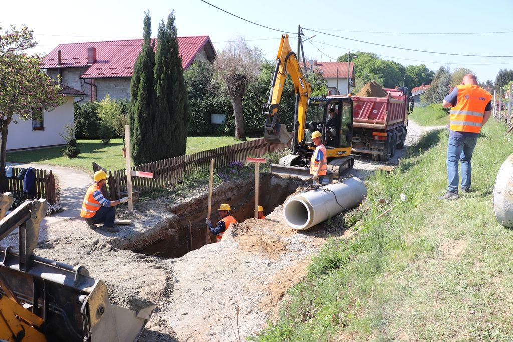 Radovi na izgradnji oborinske kanalizacijeRadovi na izgradnji kanalizacije