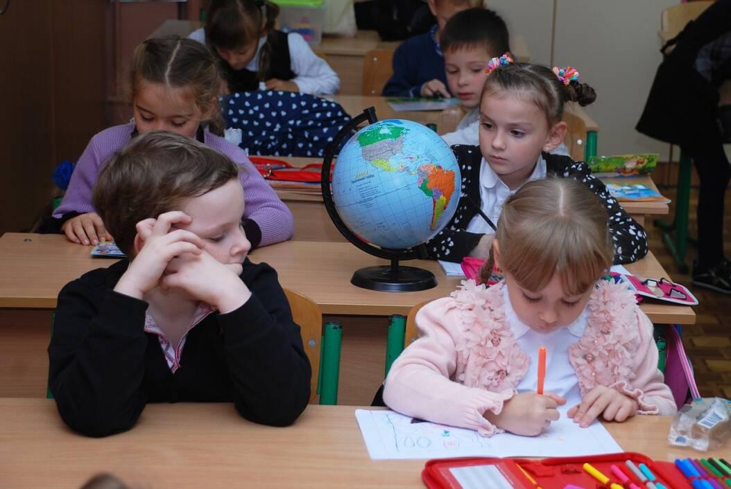 Učenici uče na nastavi u školskoj učionici