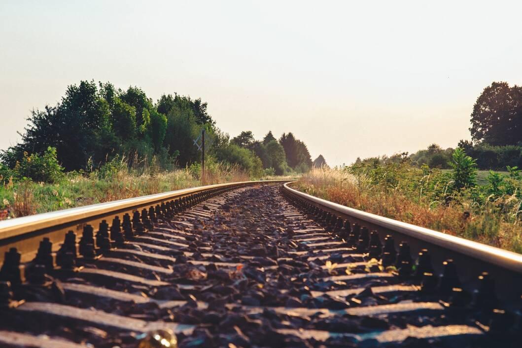 Željeznička pruga po kojoj vozi vlak