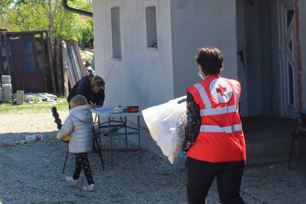 Crveni križ u akciji podjeli paketa