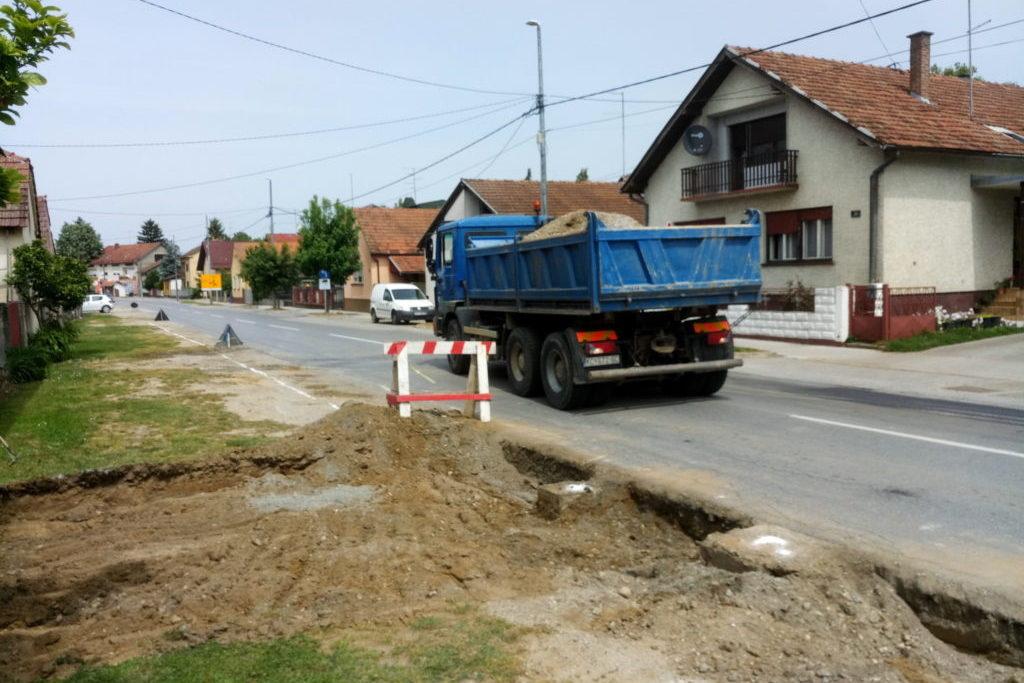 Radovi na proširenju kolnika i postavi rubnjaka u Ulici bana Jelačića u Đurđevcu