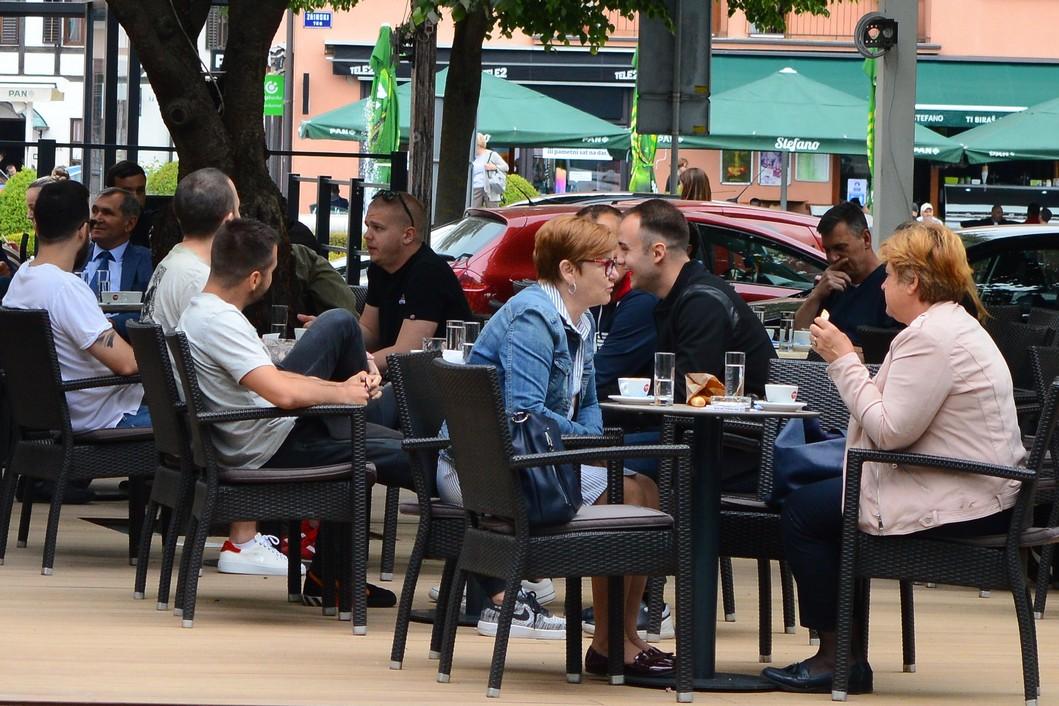 Gosti na terasama kafića