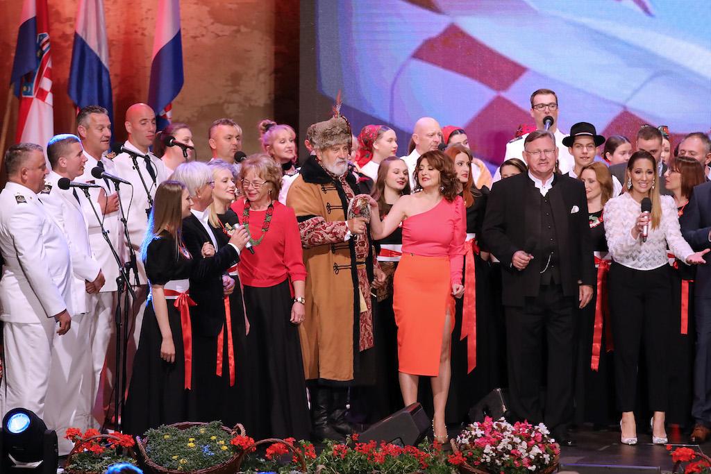Brojni izvođači na pozornici podno utvrde Stari grad