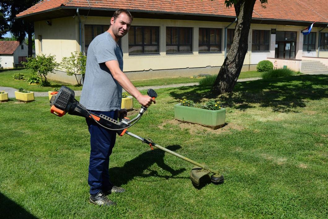 Košnja trave na sportskom objekru u Glogovcu