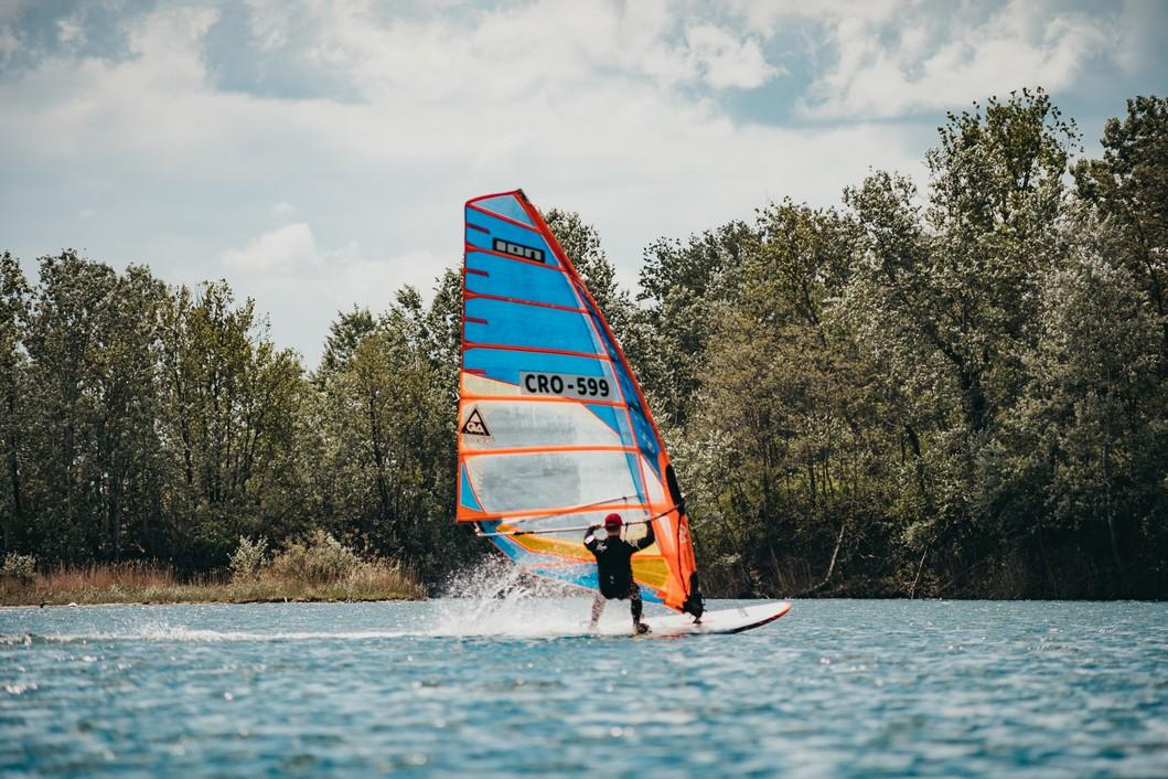 Windsurfing na jezeru Šoderica // Foto: Luka Krušec / LuMedia