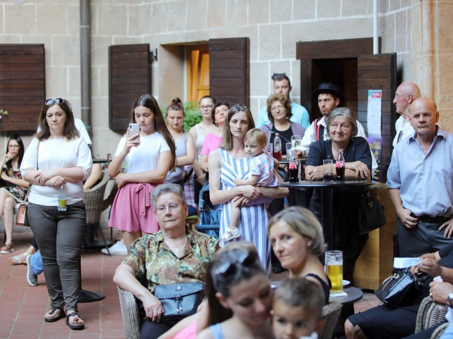 Koncert Đurđevčica u atriju tvrđave Stari Grad u Đurđevcu