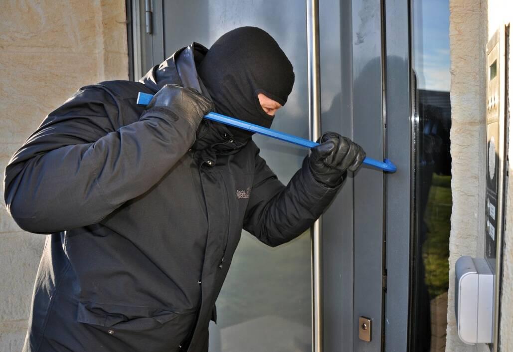Lopov provaljuje u kuću