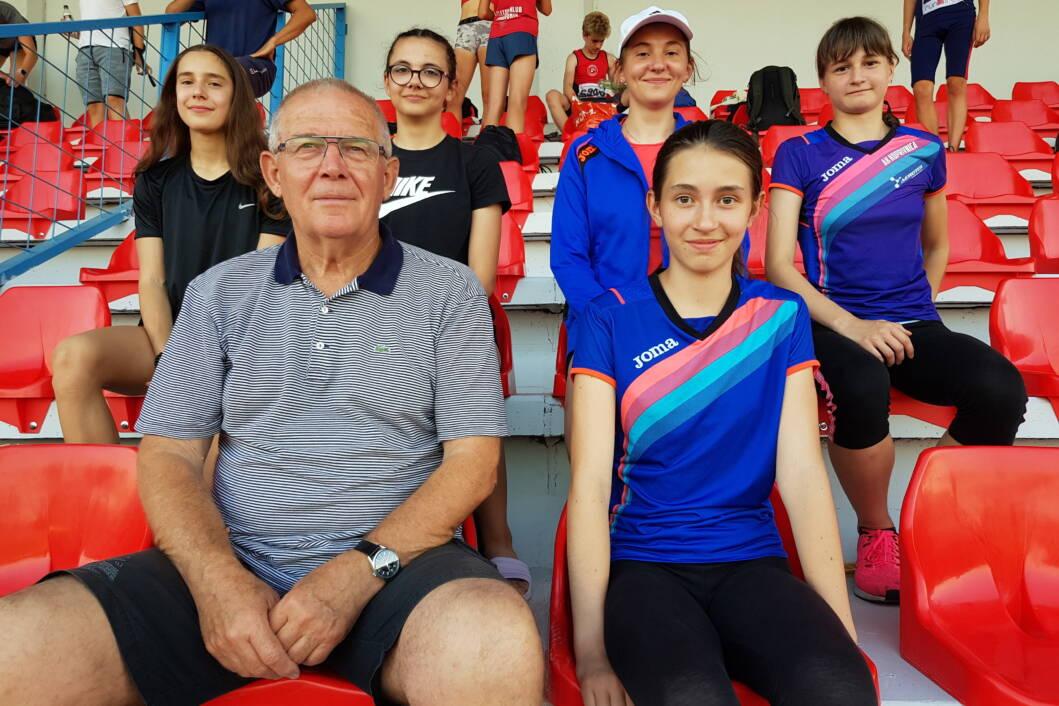 Koprivničke atletičarke s trenerom Marijanom Kuharićem // Foto: AK Koprivnica