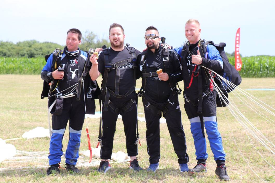 Miroslav i Bojan skočili padobranom i pojeli sendvič u zraku