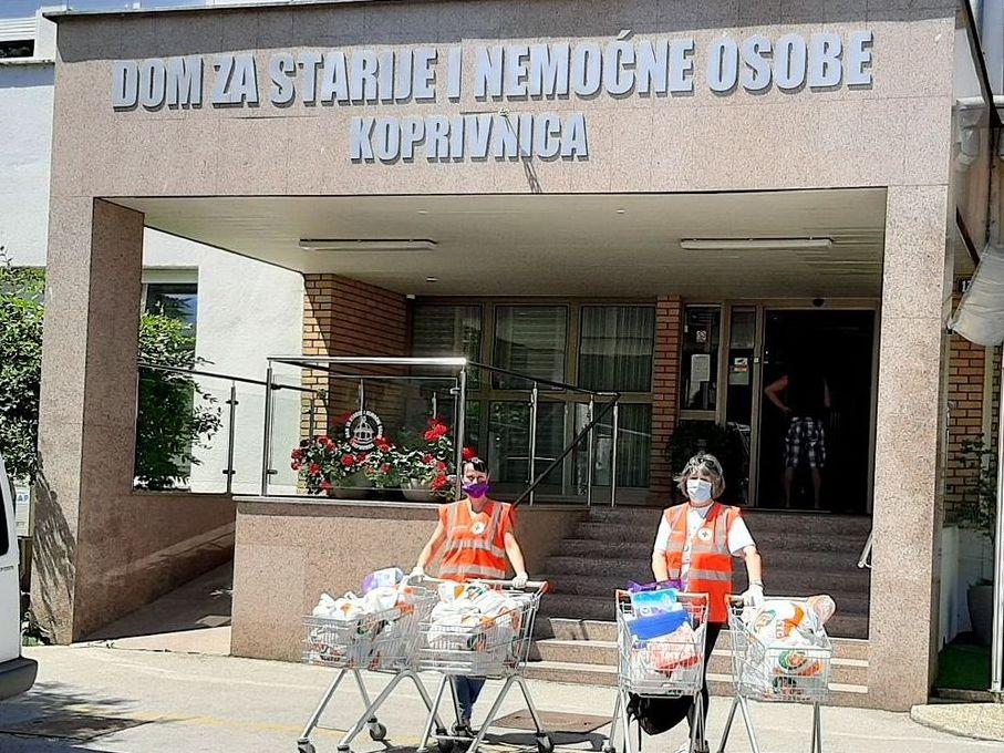 Volonteri koprivničkog Crvenog križa pomažu stanarima Doma za starije i nemoćne osobe