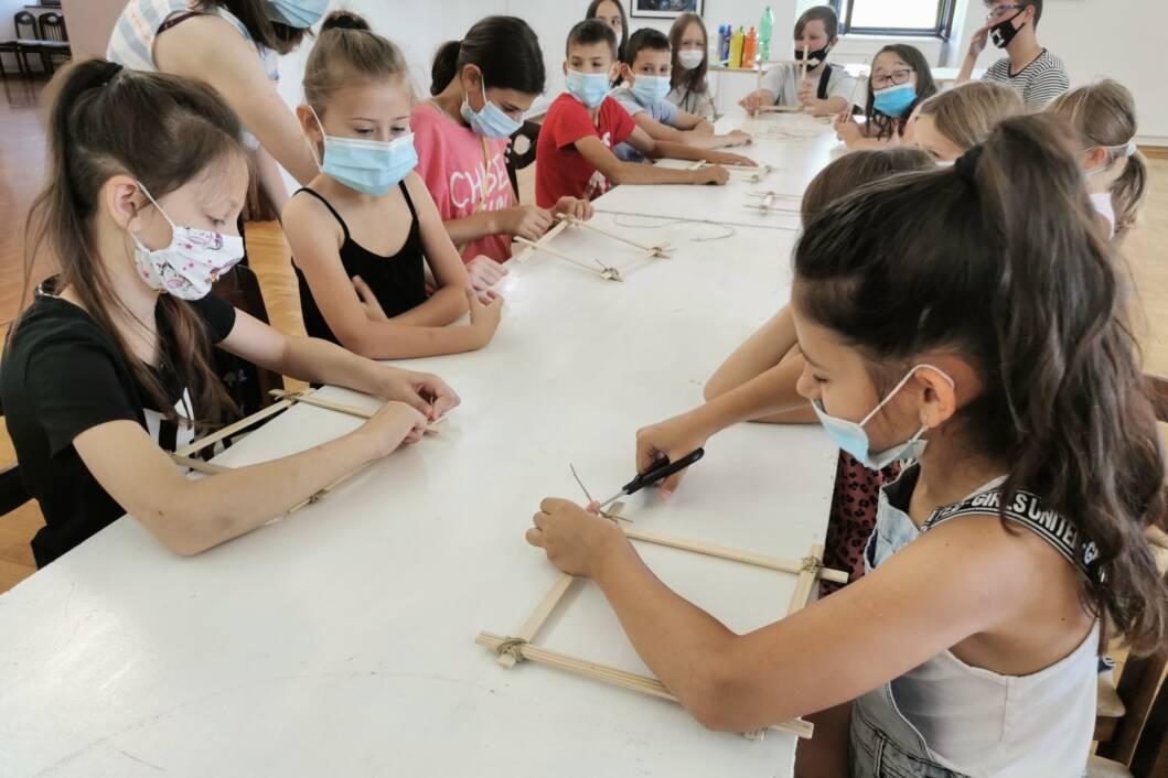 U đurđevačkom muzeju održana radionica slikanja pjenom i izrade drvenih okvira za slike