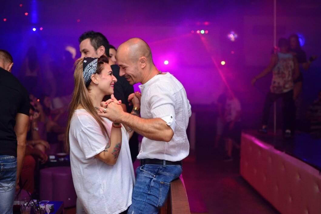 Zaljubljeni par u noćnom klubu