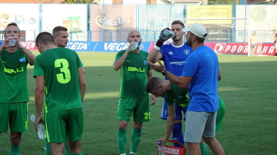 Nogometaši Tehnike Koprivnice u trenutku odmora
