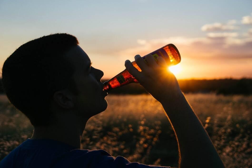 Čovjek pije pivo