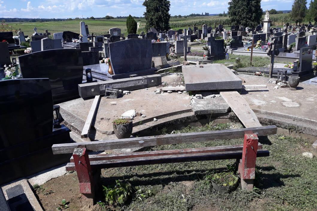 U naletu jakog vjetra srušen je spomenik desetorici na groblju sveta Klara u Novigradu Podravskom