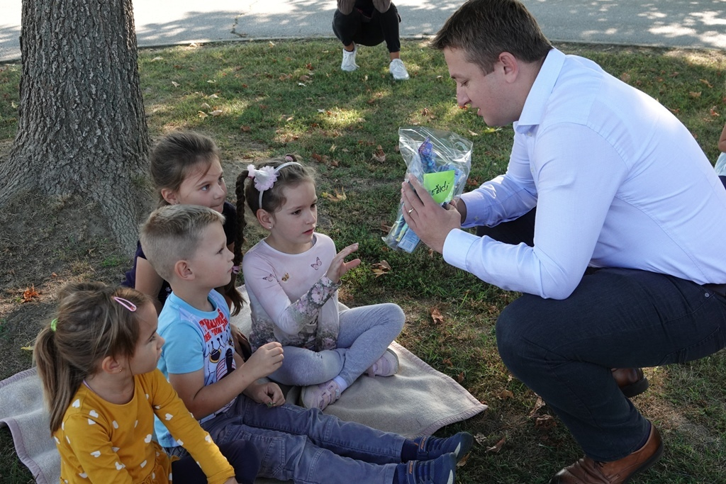 Đurđevački gradonačelnik Hrvoje Janči razveselio vrtićarce šarenim četkicama i jabukama