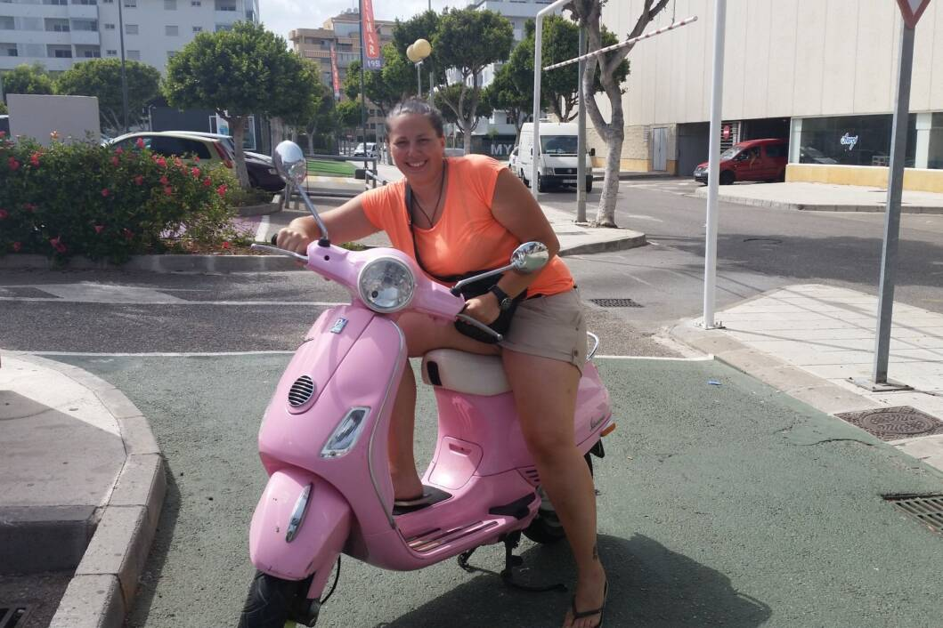 Marica Korolija na mopedu