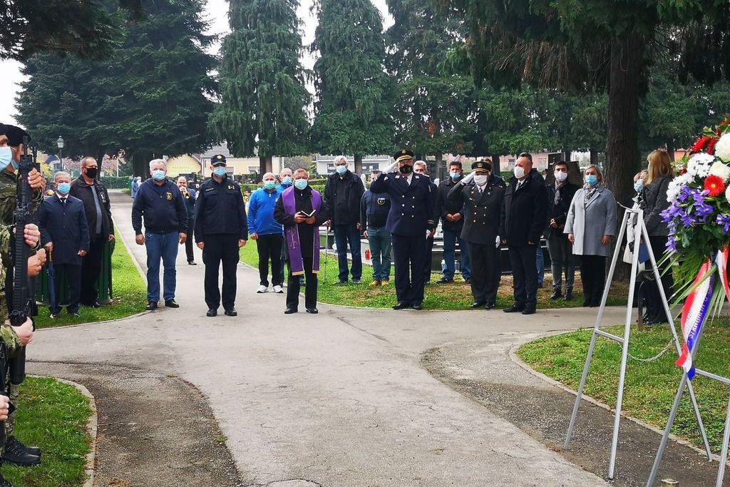 Na koprivničkom groblju povodom blagdana Svih svetih položeni vijenci i zapaljene svijeće