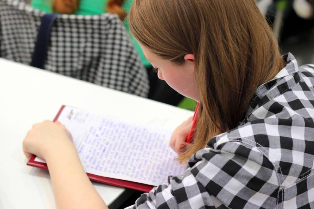 Studentica/učenica uči