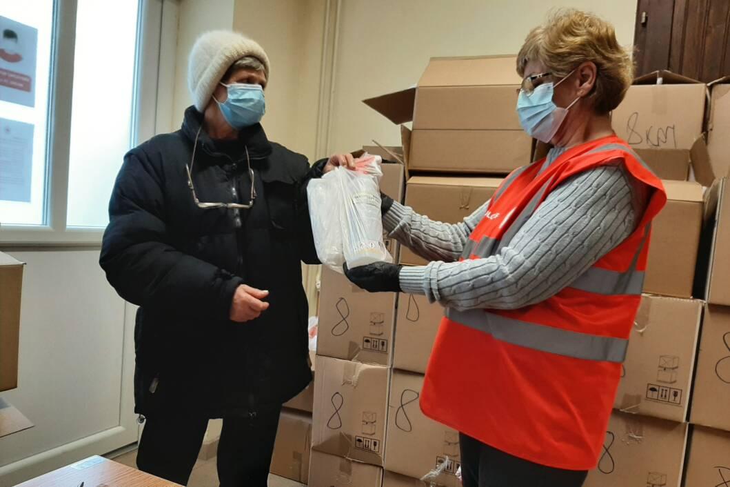 Koprivnički Crveni križ dijeli zaštitne maske i dezinficijense potrebitim starijim građanima