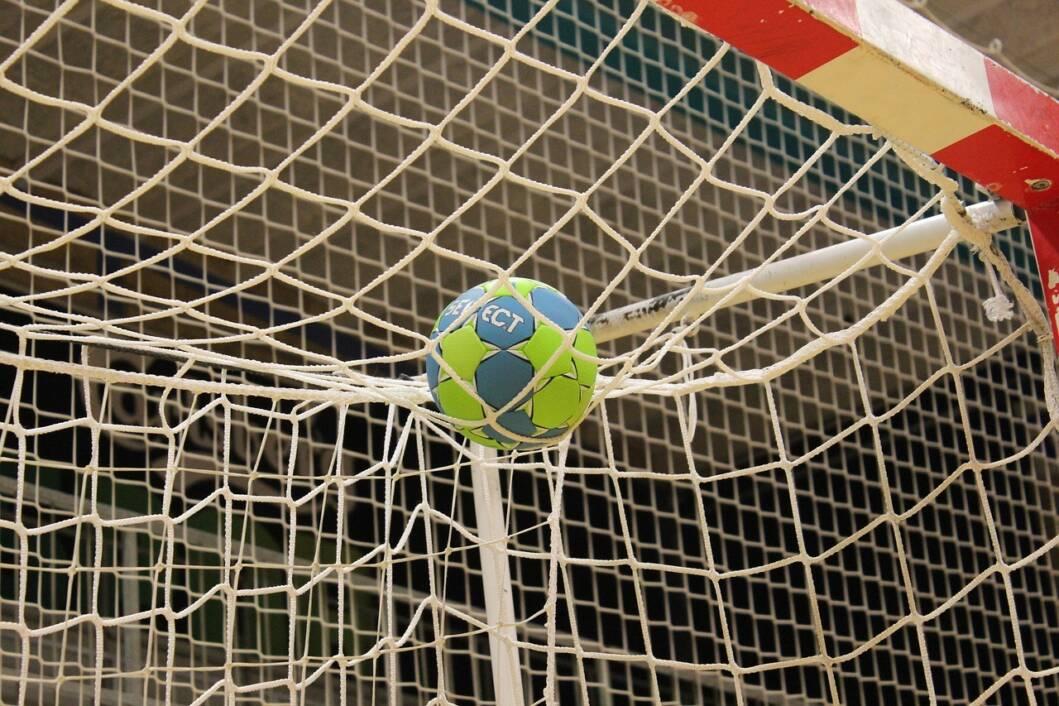 Rukometna lopta na mreži gola