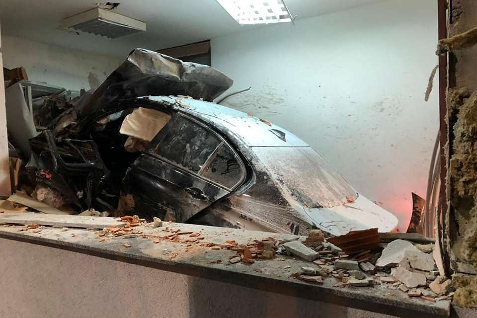 Automobilom se zabio u naplatnu kućicu