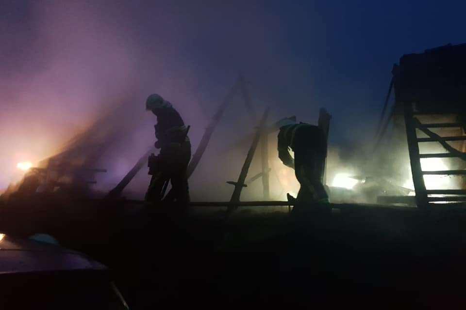 Vatrogasci gase požar na krovištu