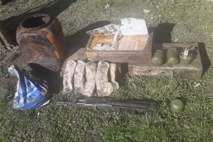 Automatska puška, bombe, nabojnici i streljivo