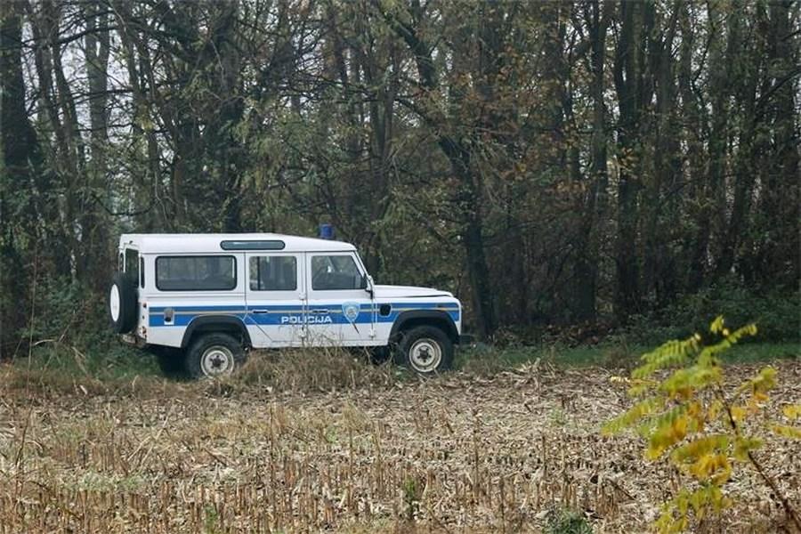 Policijski terenac u šumi