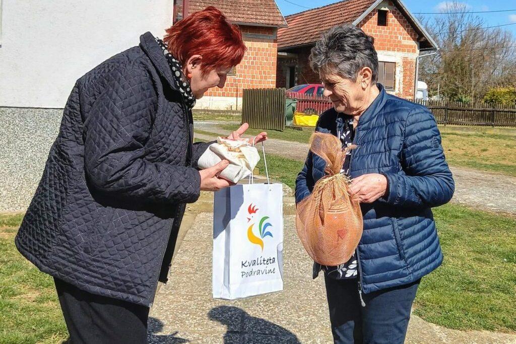 Članice đurđevačke udruge žena poklonima razveselile žene iz Petrinje