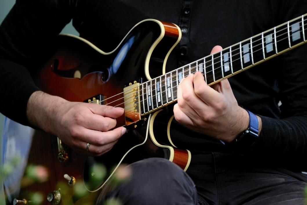 Glazbenik svira električnu gitaru