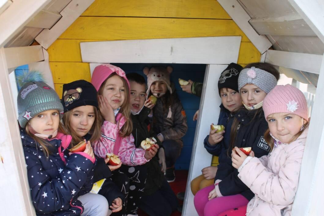 Koprivnički vrtićarci uživaju u jabukama na gradskoj tržnici