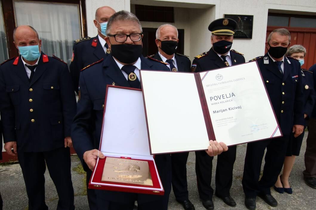 Marijan Kicivoj s nagradama i svojim kolegama vatrogascima