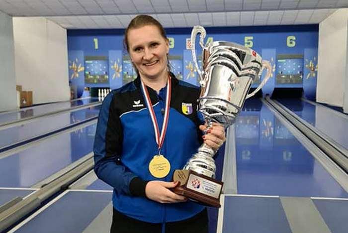 Valentina Gal s medaljom i peharom za prvaka Hrvatske u kuglanju