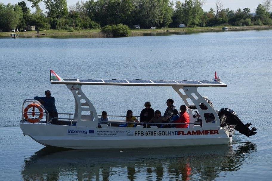 Solarni čamac prevozi posjetitelje na jezeru Šoderica