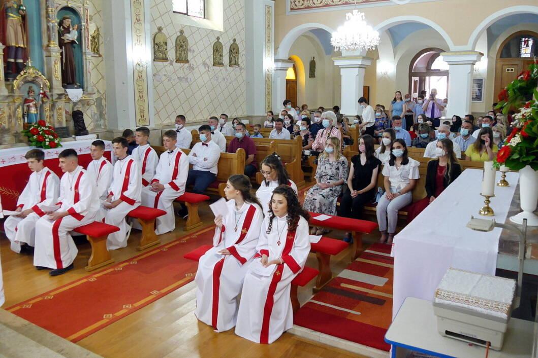 Krizmanici i njihovi roditelji u župnoj crkvi