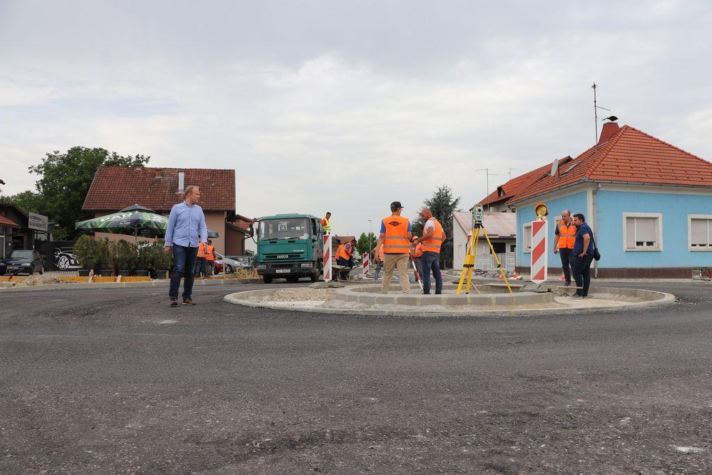 Koprivnički gradonačelnik Mišel Jakšić sa suradnicima u obilasku radova na izgradnji rotora