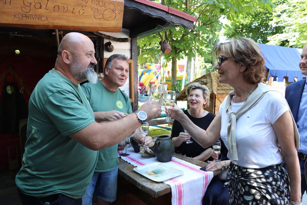 Martina Dalić nazdravlja s podravskim vinarima