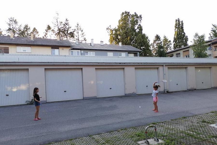 Djevojčice igraju badminton